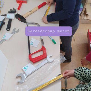 Al het gereedschap uit de gereedschapskist wordt gemeten door groep 3 en 4. 🔧🔨🔩🛠️ Niet alleen wordt het meten hierdoor geoefend, maar ook de telrij en het schattend rekenen krijgt hierdoor aandacht.  #rekenen #lerendoortedoen #meten #groep34  www.lerenvanAtotZ.nl  #rekenenzonderwerkboek #rekenenwordteenfeestje #rekenengroep3 #rekenengroep4 #school #juf #middenbouw