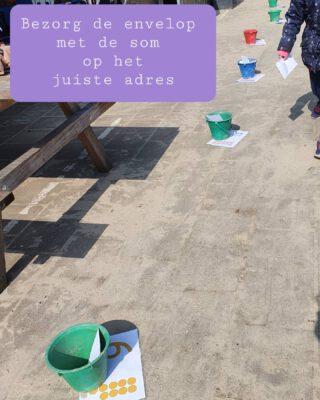 Het 'bezorg de som'-spel   Nummer de emmers 1 t/m 20  Plaats de oneven emmers links van het plein en de even nummers rechts ✉️ Schrijf sommen tot 20 op enveloppen 🏃 De kinderen pakken een envelop met een som, rekenen het antwoord uit en rennen via het speeltoestel naar de juiste emmer  👨🎓 Schrijf de som bij de emmer, of bedenk zelf sommen  #buitenles #bewegendleren #automatiseren   www.lerenvanatotz.nl/bewegendleren  Deze kaarten en sommen zijn van @ingeverloop