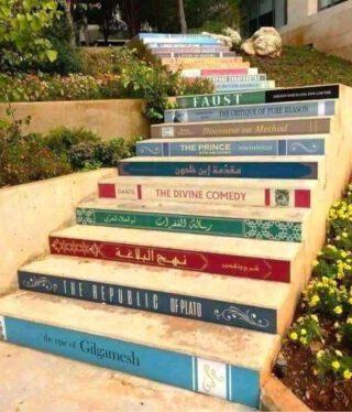 Leuke leestrap! Welk boek mag van jou niet ontbreken? Te vinden op de universiteit van Balamand in Libanon.  #lezenisleuk #leuketrap #school