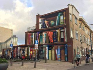 Hoe een saaie gevel een prachtige buurtboekenkast werd in Utrecht.  Van #jandeman en #deeffeed   #kunst #boekenkast #lezen #leesbevordering