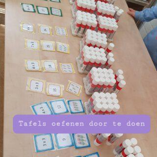 Tafels oefenen we op verschillende manieren.  Leve de jaarbestelling😉  Met kaartjes van www.spelenmetspellen.nl  #lerendoortedoen #bewegendleren #tafels  www.lerenvanAtotZ.nl
