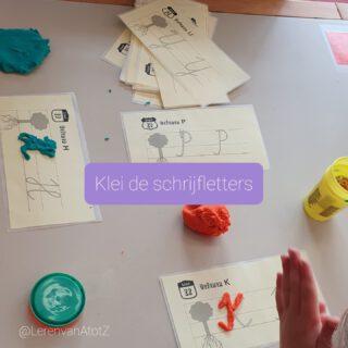 🖍️ KLEI DE SCHRIJFLETTERS 🎨 Om de schrijfletters nog beter te onthouden, kleien we de schrijfletters in ons taalcircuit. Groep 3 maakt schrijfletters en groep 4 hoofdletters.   De kaarten zijn gelamineerd uit het achterste deel van de methode Klinkers. Wanneer de leerlingen een letter klaar hebben kruisen ze dit af op de aftekenlijst.  #lerendoortedoen #beteronthouden #zintuigen   www.lerenvanAtotZ.nl