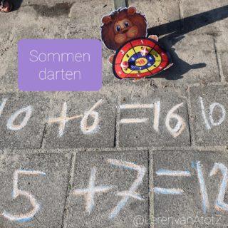 🎯 SOMMEN DARTEN 🎯 De leerlingen van groep 4 zijn, net als groep 7,8, fanatiek aan het darten.  Ze tellen de score op als een som. Straks met 3 ballen, net als in de methode.   #bewegendleren #buitenles #rekenen #lerendoortedoen  www.lerenvanAtotZ.nl/buitenles  Dartborden zie link (duur). Soms zijn ze bij de Action voor een heel klein bedrag te koop.  https://www.bol.com/nl/nl/p/2-stuks-kinder-dartbord-met-ballen-leeuw-en-olifant/