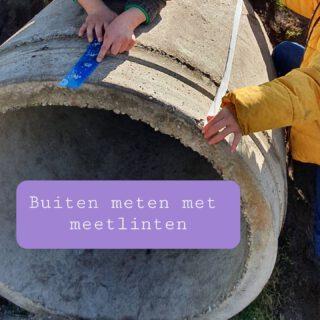 Simpeler kunnen we een buitenles niet maken... Geef de leerlingen een meetlint en laat ze meten. Er werd van alles gemeten; speeltoestellen, prullenbakken, bankjes, speelgoed, kinderen, juffen en nog veel meer.  🧑🎓💡 Schrijf met stoepkrijt de lengte bij het voorwerp. Dan wordt het 'meetkundig stoepkrijten' een variant op 'botanisch stoepkrijten'.  https://www.lerenvanatotz.nl/bewegendleren/ Link in bio  #buitenles #voorjaar #meten #bewegendleren